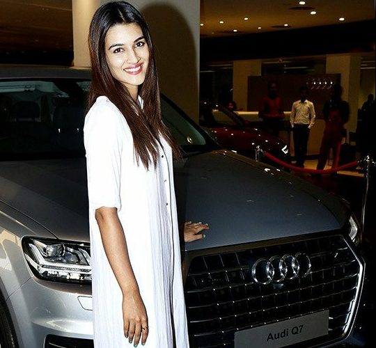 kriti sanon with her car